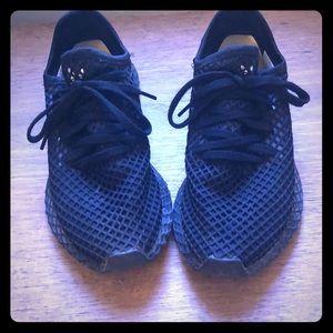 Black adidas shoes size 7 1/2.